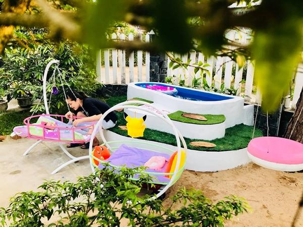 Con gái anh Vũ được mẹ đưa ra phơi nắng trước khi xuống bể bơi.