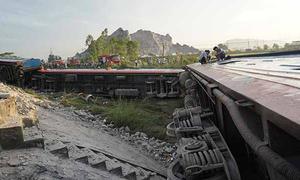 Khởi tố hai nhân viên gác chắn vụ tàu SE19 tông nát xe tải