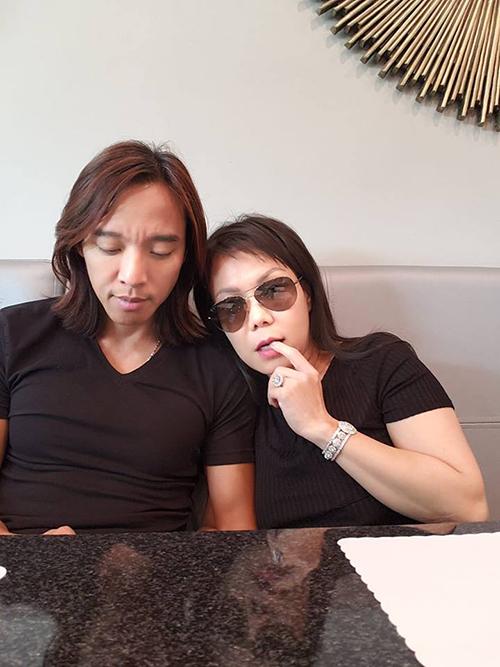 Việt Hương e thẹn dựa vào vai chồng. Cô bình luận: Lâu lắm rồi trốn con đi ăn bữa. Mắc cỡ quá.
