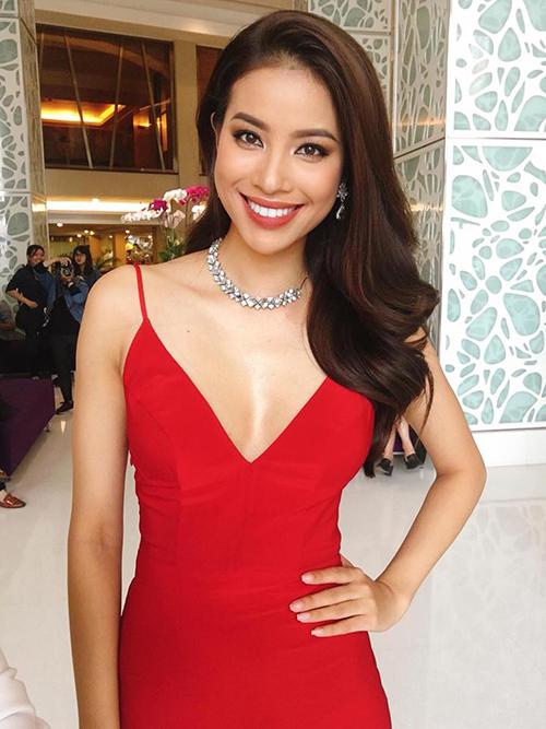 Phạm Hương cười rạng rỡ, diện đầm đỏ xẻ ngực sâu đầy quyến rũ.