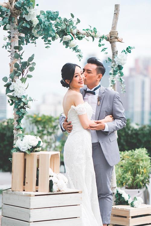 Boey và Marcos là một cặp tình nhân hạnh phúc đến từ Hong Kong. Đám cưới của họ gây ấn tượng bởi phong cách rustic (mộc mạc) với sắc trắng từ cổng chào cho đến không gian tổ chức tiệc cưới. Được kết hợp thêm sắc màu ghi và xanh lá cây, hôn lễ gợi lên nét cổ điển, lãng mạn vàtinh tế.