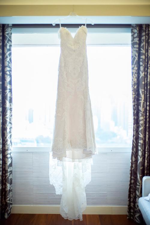 Cô dâu diện váy cưới hai dây chất liệu renmàu trắng tinh khôi với phần đuôi váydài.