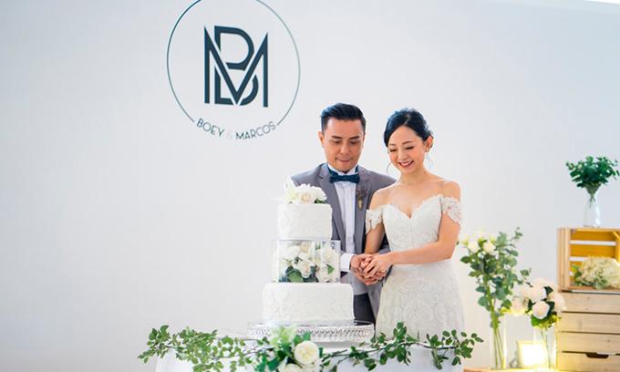 Chiếc bánh cưới hòa quyện trong tone màu chủ đạo.