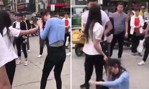 Vợ đi chân đất túm tóc đánh ghen tình trẻ của chồng giữa đường