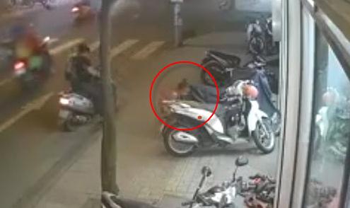 Người phụ nữ chở trẻ nhỏ đi trộm đồ ở Sài Gòn