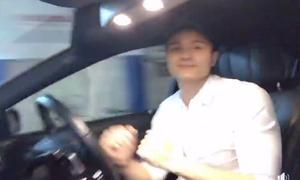Vĩnh Thụy bị chỉ trích vì buông tay và đùa giỡn khi lái ôtô