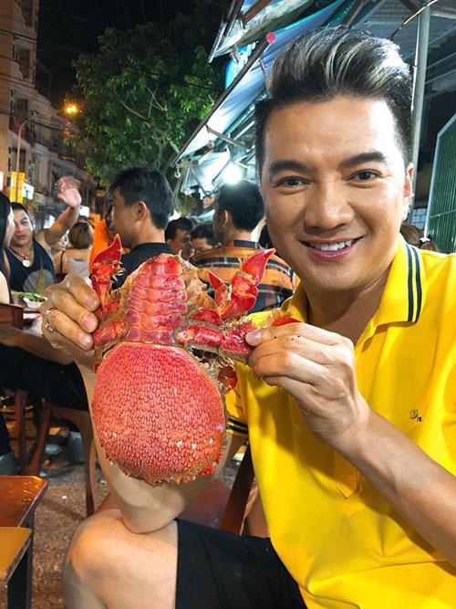 Mr Đàm đến Nha Trang, ngồi quán vỉa hè thưởng thức hải sản và khen ngợi: Nha Trang đúng là nơi để enjoy.