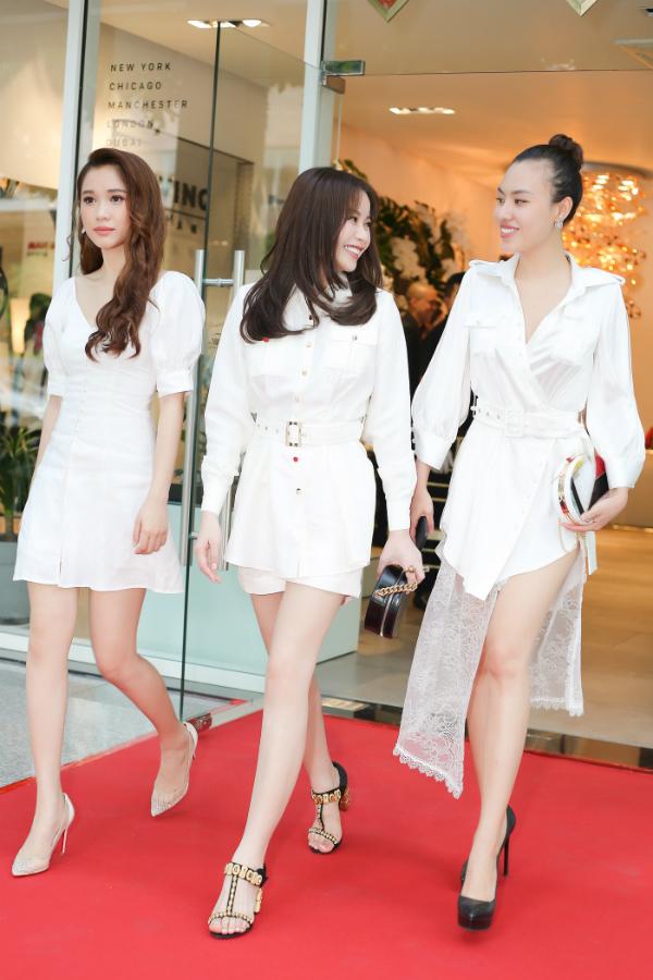 Chiều 25/5, Hoa hậu Hải Dương cùng hai người đẹp Mai Quỳnh, Quỳnh Hương đến tham dự một sự kiện do doanh nhân Dương Quốc Nam tổ chức tại TP HCM. Cả ba thu hút mọi ánh nhìn với trang phục trắng tinh khôi và thần thái rạng rỡ.