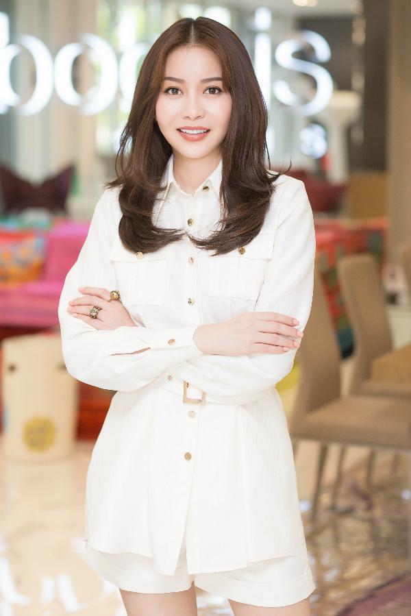 Trên trang cá nhân, bà chủ HD Korea Clinic nhận được nhiều lời khen ngợi về vẻ ngoài tươi trẻ sau thời điểm cập nhật hình ảnh mới tại buổi tiệc. Ở phần bình luận, nhà thiết kế Chung Thanh Phong không quên tiết lộ trang phục mà Hoa hậu Hải Dương - Mai Quỳnh diện là những thiết kế mới nhất trong bộ sưu tập chưa ra mắt của anh.