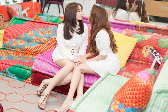 Khoảnh khắc xì-tin của Hoa hậu Hải Dương và người đẹp Quỳnh Hương trước khi sự kiện bắt đầu.