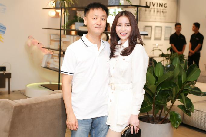 Ông xã người Hàn Quốc - doanh nhân Kim Duck Ho sắp xếp công việc để đưa Hoa hậu Hải Dương đi sự kiện.