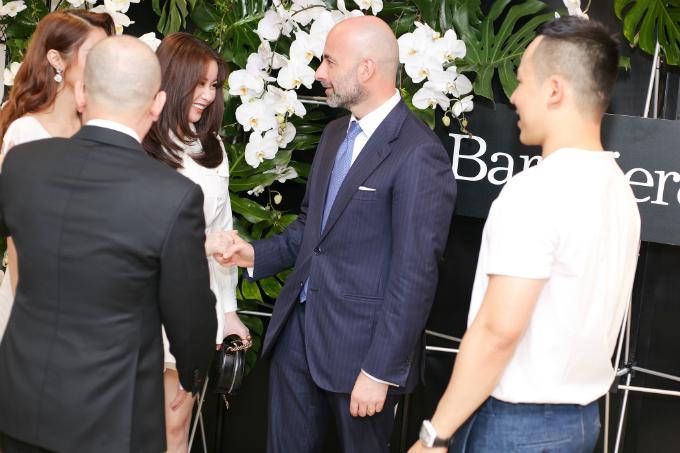 Trong buổi tiệc, Hoa hậu Hải Dương còn có dịp gặp gỡ những vị khách nước ngoài. Thời điểm này, ngoài công việc kinh doanh, cô cũng tất bật để chọn ra ứng viên xứng đáng đại diện Việt Nam tham sự Miss Supranational 2018.