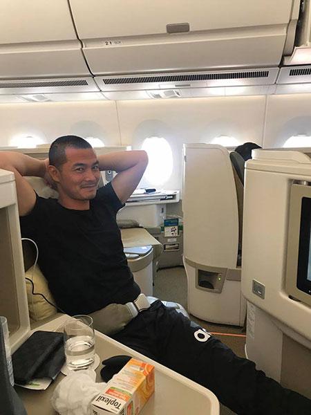 Quách Ngọc Ngoan ngồi khoang hạng nhất trong chuyến bay sang Nhật.