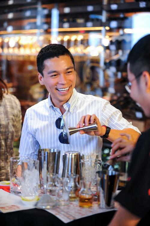 Nhà thiết kế Adrian Anh Tuấn hào hứng tham gia sự kiện.