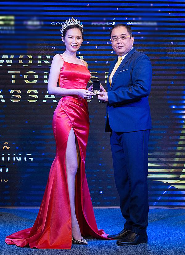ác người đẹp đạt danh hiệu quốc tế đều may mắn được ngài chủ tịch ERM toàn cầu đích thân trao kỉ niệm chương trong bữa tiệc. Trở về từ sau các cuộc thi quốc tế, Thanh Trang, Thư Dung đã có những chia sẻ của mình về hành trình và những bước ngoặt cuộc sống của mình. Thư Dung nói: Với danh hiệu Á Hậu 2 Miss Eco International 2018, tôi cảm thấy rất tự hào vì sự nỗ lực vượt khó của tôi đã được phần nào công nhận. Đây là bước ngoặt lớn thay đổi cuộc sống của tôi. Tôi được biết đến nhiều hơn, được yêu mến nhiều hơn và có nhiều cơ hội để phát triển sự nghiệp cũng như nhận được nhiều lời mời phim ảnh từ các đạo diễn.