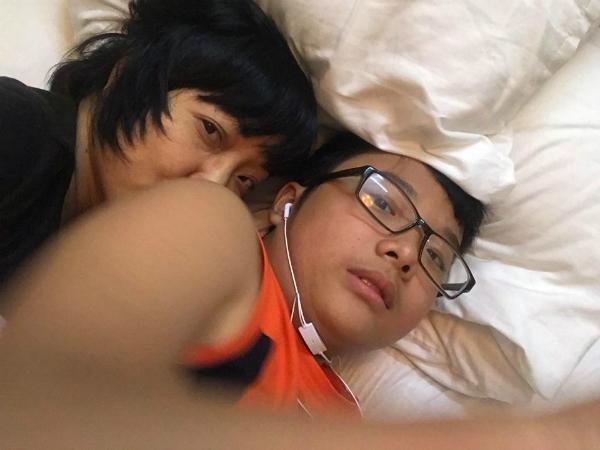MC Thảo Vân cho biết, hôm qua hai mẹ con còn nằm ôm nhau thế này, còn hôm nay anh ấybận và lo lắng cho mẹ ngủ một mình.