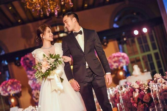 Những khoảnh khắc hạnh phúc củađôi vợ chồng trẻ. Tiệc cướiđược tổ chức theo phong cách phương Tây, không gian ngập tràn hoa vàánhđèn, nến lung linh, lãng mạn. Chung HânĐồng diện trang phục cưới tinh khôi và khá kínđáo, tay trong tay người thươngbước vào lễđường.
