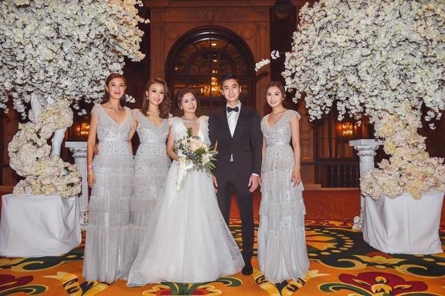 Dung Tổ Nhi (thứ hai từ trái sang)đếnđám cưới vào phút chót do trục trặc về xin giấy tờ, khiến tân lang, tân nương rất bất ngờ và hạnh phúc.