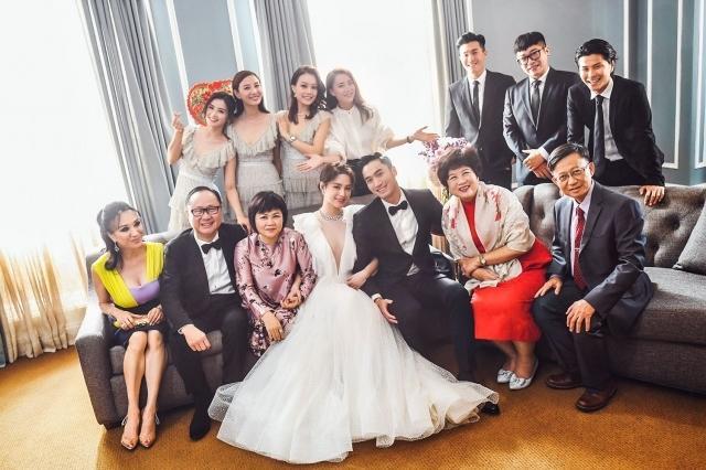 Cô dâu, chú rể và bố mẹ hai bên cùng những người bạn thân thiết nhất.
