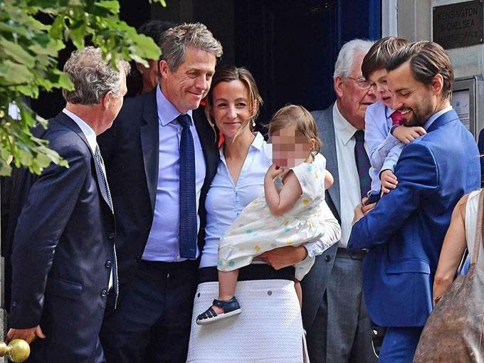 Vợ chồng Hugh Grant bên các con và người thân trong ngày đăng ký kết hôn.