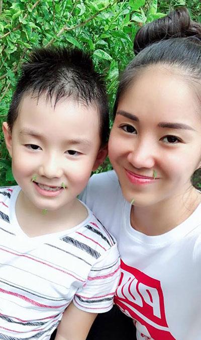 Diễn viên Lê Phương đưa con trai Cà Pháo về quê. Cậu bé thích thú khi được chơi cùng mẹ trò gắn lá hoa dâm bụt vào mép làm râu.