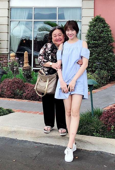 Hari Won thân mật với NSND Ngọc Giàu khi đi diễn ở Houston, Mỹ.