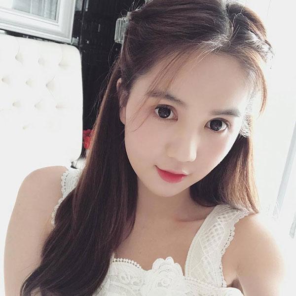 Ngọc Trinh đăngảnh selfie mắt to tròn khiến fan khen cô như trẻ ra chục tuổi.