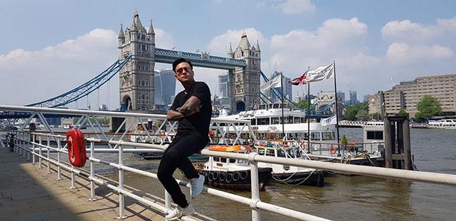 Tuấn Hưng tranh thủ dạo chơi London ngày nắng đẹp nhưng vẫn nhớ vợ ở nhà. Ca sĩ Nắm tay anh thật chặt viết: Chỉ là kỷ niệm khi ra ngoài chơi những trong lòng luôn nhớ 1 người và hứa sẽ dành trọn vẹn 1 chuyến đi và những điều tuyệt vời nhất ở London cho người ấy.