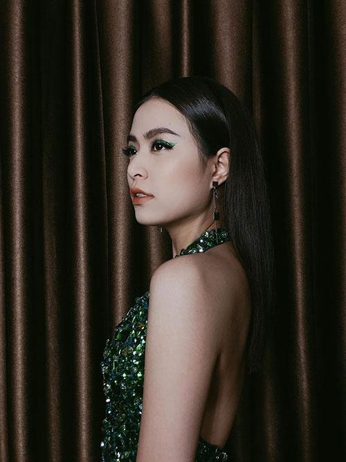Trước khi đến SVĐ Mỹ Đình biểu diễn tối qua, Hoàng Thuỳ Linh tung ảnh make up kỹ càng ở hậu trường.