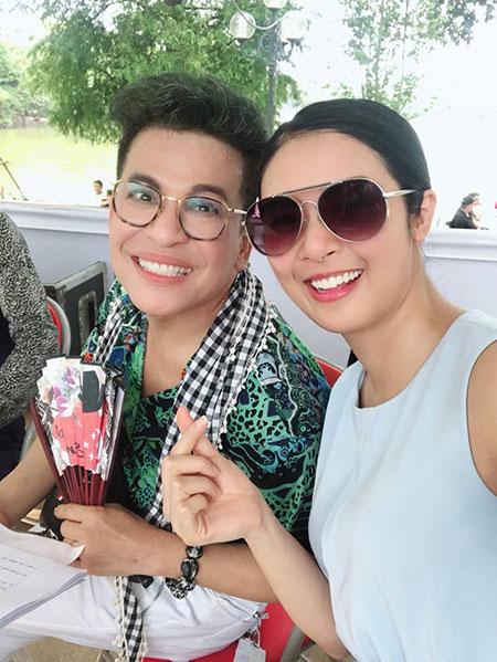 Ngọc Hân và MC Thanh Bạch chịu vất vả nắng nôi để chuẩn bị cho chương trình Đại nhạc hội ở phố đi bộ Bờ Hồ.