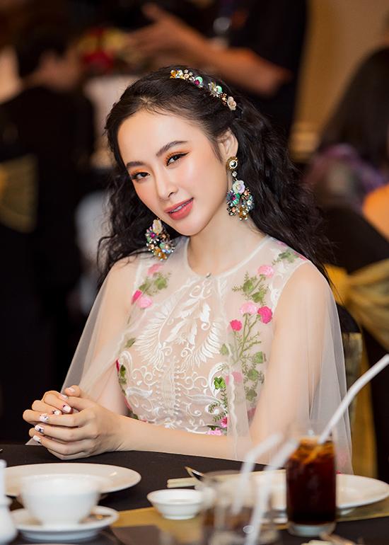 Thay vì phong cách gợi cảm với các kiểu váy khoe khoảng hở, Agela Phương Trinh chọn trang phục và phụ kiện khá điệu đà với hình ảnh hoa lá rực rỡ.