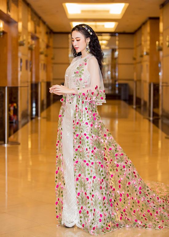 Để giúp mình tăng sức hút trong buổi tiệc tối, Angela Phương Trinh đã chọn áo choàng trên chất liệu vải xuyên thấu thêu hoa để chưng diện.