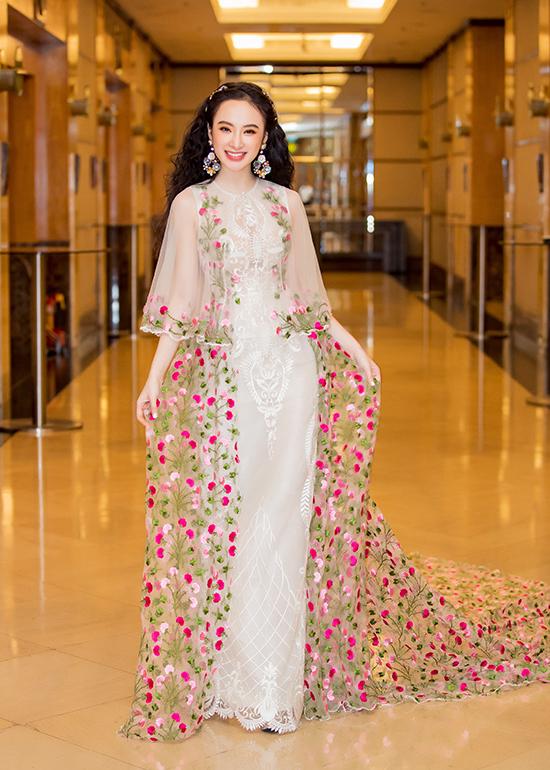 Angela Phương Trinh cho biết, trang phục cô chọn lựa để tham gia sự kiện lần này là mẫu thiết kế mới của Công Trí.