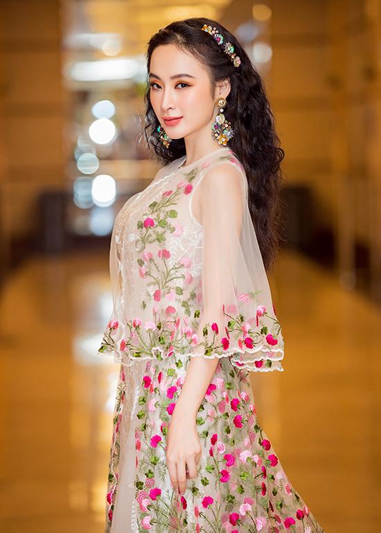 Đi kèm với mẫu trang phục đầy nét nữ tính là cách tạo kiểu tóc xoăn rối tự nhiên, tông trang điểm với tông màu nóng hợp xu hướng hè 2018.