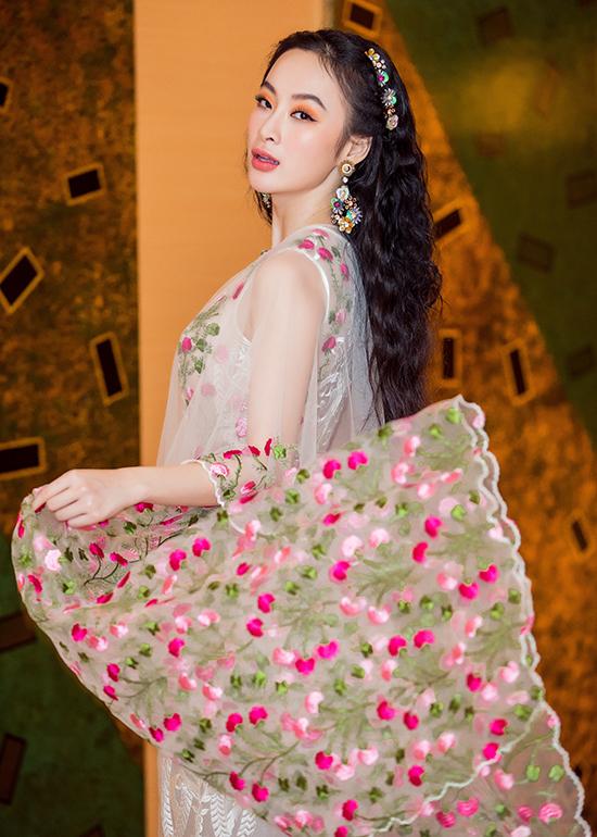 Nhờ mẫu áo choàng được tô điểm bằng những cánh hoa thêu đã giúp nữ diễn viên trở nên cuốn hút hơn.