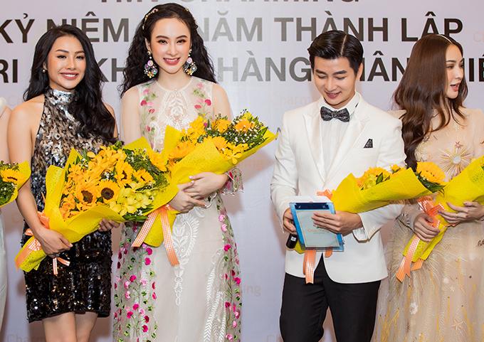 Tối 26/5, Angela Phương Trinh và các người đẹp như Trương Nhi, hot girl Kelly, hot girl Sam đã cùng góp mặt trong lễ kỷ niệm 10 năm thành lập của một thẩm mỹ viện nổi tiếng tại TP HCM.