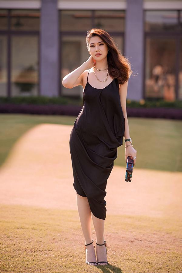 Váy lụa mỏng manh với đường cắt phóng khoáng là trang phục không phải dễ mặc. Nhưng chính vóc dáng mảnh mai