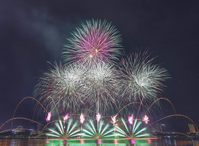 Màn diễn pháo hoa của Mỹ - Pháp sáng rực sông Hàn