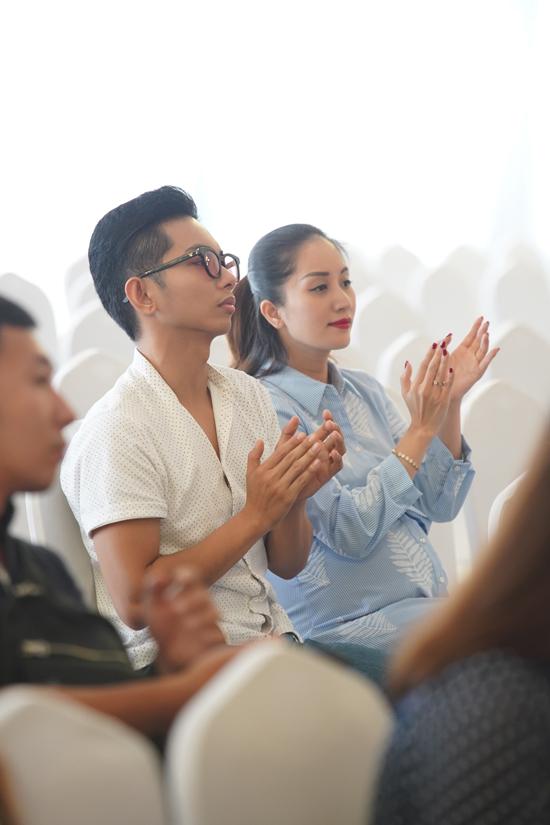 Vợ chồng Khánh Thi - Phan Hiển chọn một góc xa để ngồi theo dõi lễ bế giảng của con trai.