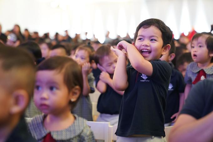 Kubi còn hào hứng nhảy múa theo nhạc. Khánh Thi kể, Kubi thể hiện năng khiếu về nhảy từ lúc biết đi. Cậu nhóc thường theo bố mẹ lên trung tâm dance sport và được hướng dẫn các bài tập ép dẻo.
