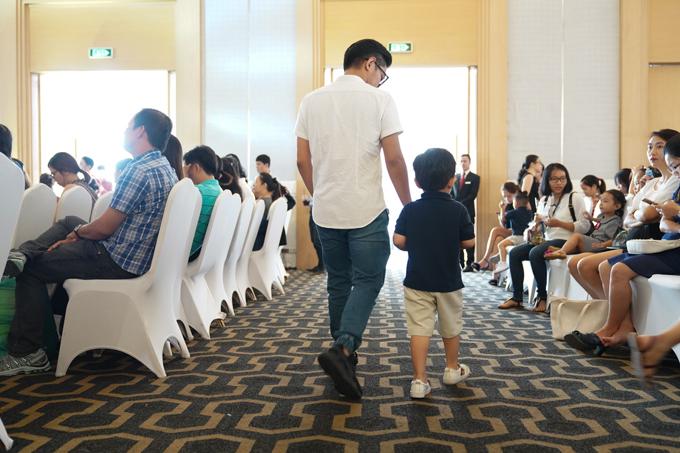 Phan Hiển dẫn con trai ra chỗ ngồi cùng các bạn. Kubi mới 3 tuổi nhưng có chiều cao nổi trội hơn những người bạn cùng trang lứa.