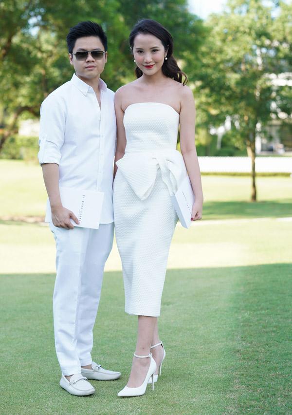 Đôi uyên ương Phan Thành - Primmy Trương mặc ton-sur-ton trắng thanh lịch, thoải mái tạo dáng trước ống kính.