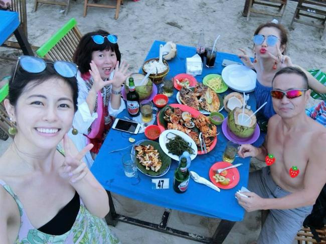 Selina và bố mẹ cùng em gái tận hưởng bữa tối bên bờ biển.