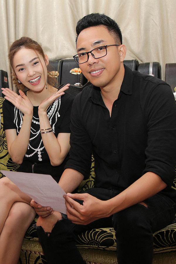 Ca sĩ Minh Hằng và nhạc sĩ Nguyễn Hồng Thuận trong buổi ghi âm ca khúc Em xin anh.
