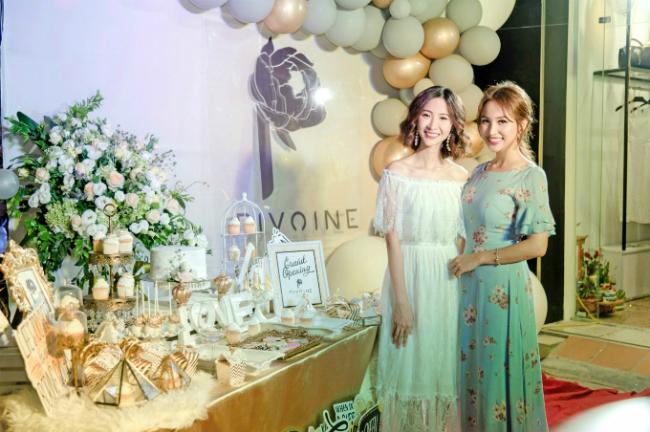 Thiết kế đầm dài nhẹ nhàng với họa tiết hoa khiến Thanh Vân ngọt ngào, nổi bật tại sự kiện này.