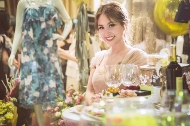 Với tư cách là khách mời, MC Thanh Vân với nụ cười tỏa nắng toát ra vẻ xinh đẹp và rạng rỡ tại sự kiện.