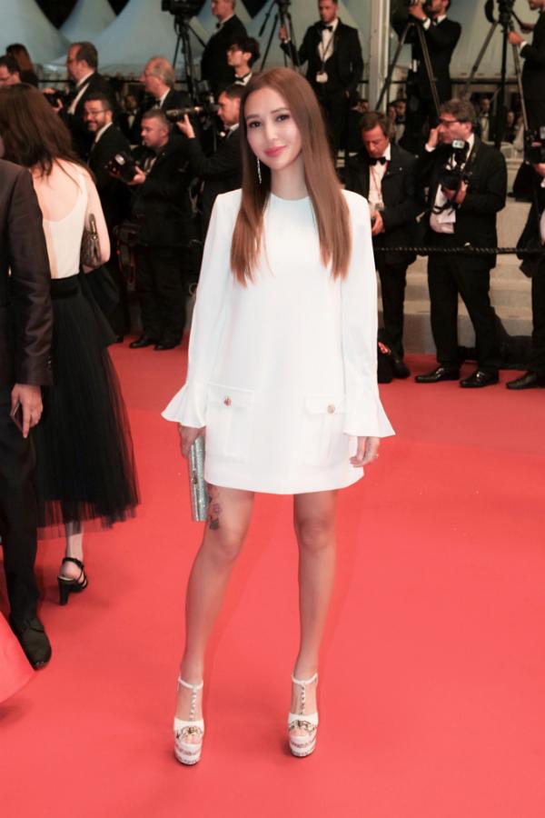 Doanh nhân Quyên Trần còn nổi tiếng vớiphong cách thời trang tinh tế, đơn giản, hiện đại và trẻ trung. Những bộ cánh được cô lựa chọn thuộc nhiều thương hiệu có tiếng như Dior, Gucci...