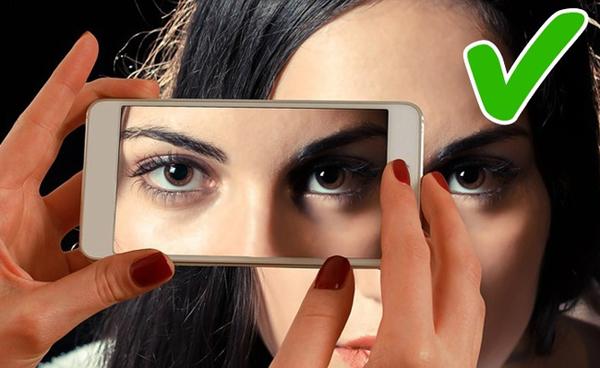 Lòng mắt trắng Màu sắc của lòng mắt thể hiện một số vấn đề về gan và thận. Nếu lòng mắt có màu trắng sáng hoặc màu vỏ trứng thì sức khỏe của bạn rất ổn. Nếu lòng mắt có hằn các tia máu, mắt khô và hay nhức mỏi, bạn cần tới gặp bác sĩ để được tư vấn cụ thể.