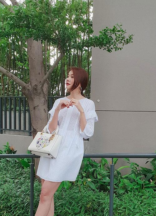 Thanh Hằng tinh khôi trong chiếc váy trắng và túi hàng hiệu ton sur ton.
