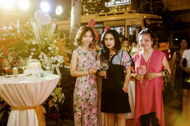 Diva Thanh Lam và mẹ ruột - NSƯT Hồ Thanh Hương cùng đến dự sự kiện khai trương của cháu gái.